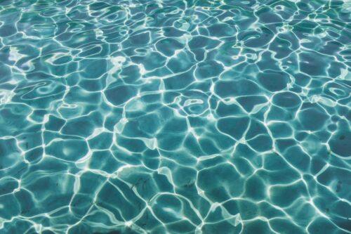 清澈见底的水