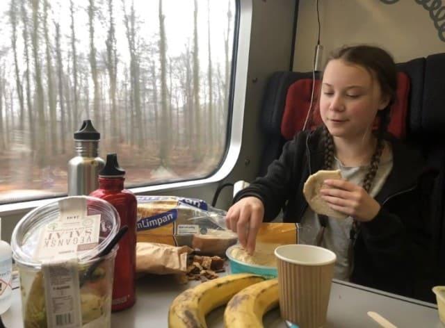 桑伯格在火车上吃面包,丢掉面包边